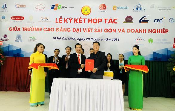 Trường CĐ Đại Việt Sài Gòn ký hợp đồng việc làm với SV ngay khi nhập học - Ảnh 1.