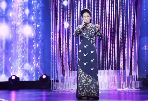 Đàm Vĩnh Hưng chạy lên sân khấu hôn tay Hùng Thuận aka M.Jackson - Ảnh 3.