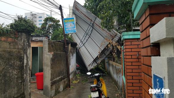 Mưa lớn kèm gió mạnh làm hư hại nhiều công trình tại Huế - Ảnh 1.