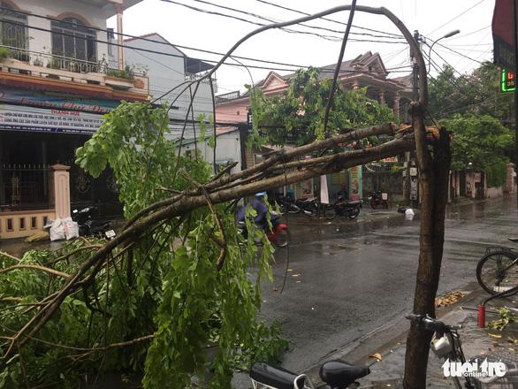Mưa lớn kèm gió mạnh làm hư hại nhiều công trình tại Huế - Ảnh 4.