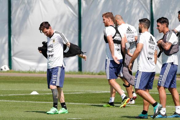 Maradona sốt ruột, muốn truyền lửa cho Messi và đàn em - Ảnh 2.