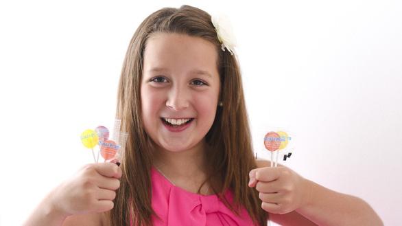 Cô bé 13 tuổi thành triệu phú nhờ làm kẹo mút - Ảnh 1.