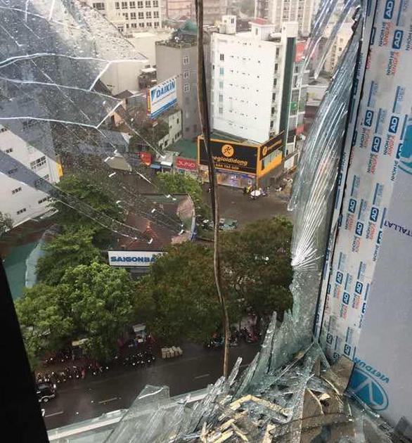 Mưa lớn kèm gió mạnh làm hư hại nhiều công trình tại Huế - Ảnh 2.