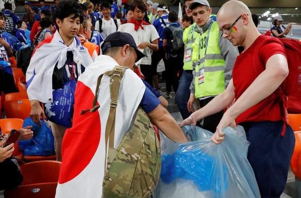 World Cup 2018: Fan Nhật và Senegal chung tay dọn rác sau trận đấu - Ảnh 1.