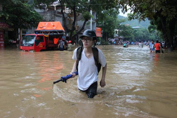 Đường ngập ngang bụng, thí sinh Hà Giang dầm mình đến phòng thi - Ảnh 2.