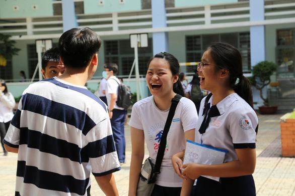 Thí sinh tươi cười sau khi thi văn THPT quốc gia - Ảnh 5.