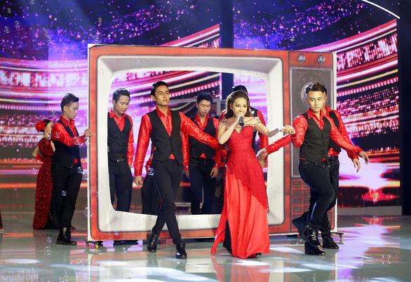 Xuống tóc trên sân khấu, Thiên Hương vẫn phải rời Duyên dáng bolero - Ảnh 4.