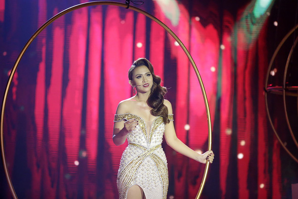 Xuống tóc trên sân khấu, Thiên Hương vẫn phải rời Duyên dáng bolero - Ảnh 3.