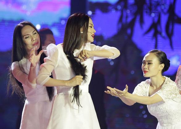 Xuống tóc trên sân khấu, Thiên Hương vẫn phải rời Duyên dáng bolero - Ảnh 5.