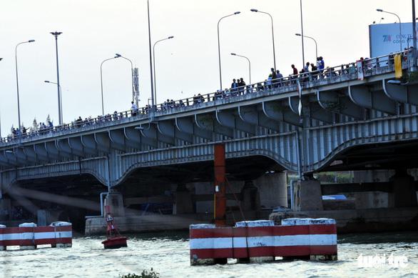 Điều tra vụ sà lan tự hành đâm gãy trụ chống va cầu Đồng Nai - Ảnh 1.