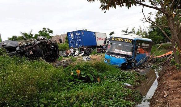 Xe khách đấu đầu xe con, 2 người chết, 10 người bị thương - Ảnh 1.