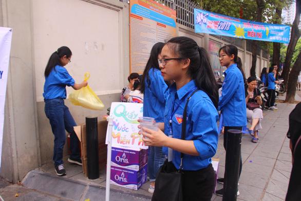 Sinh viên tình nguyện tụ tập, hát hò khi hỗ trợ kỳ thi THPT quốc gia - Ảnh 2.