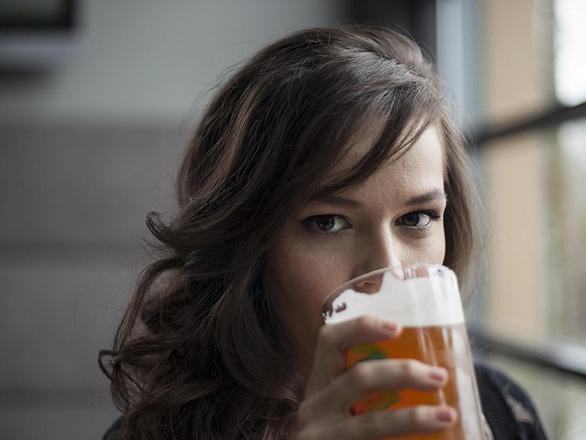 Phụ nữ sắp qua mặt đàn ông khoản rượu bia, điều gì xảy ra? - Ảnh 1.