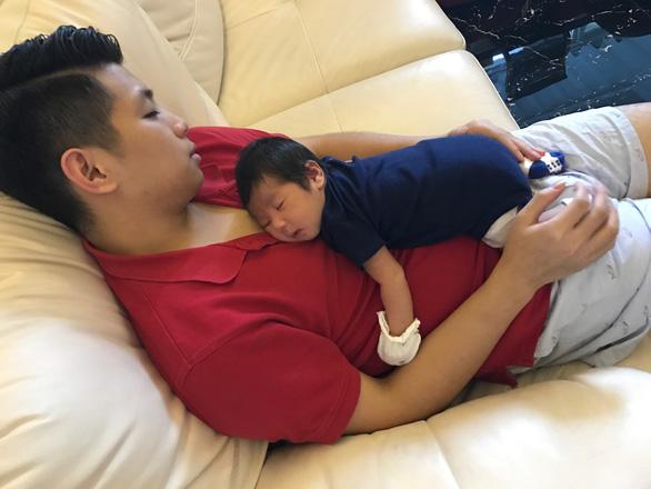 Ngày gia đình VN: những bố bỉm sữa nghỉ việc thay vợ chăm con - Ảnh 8.