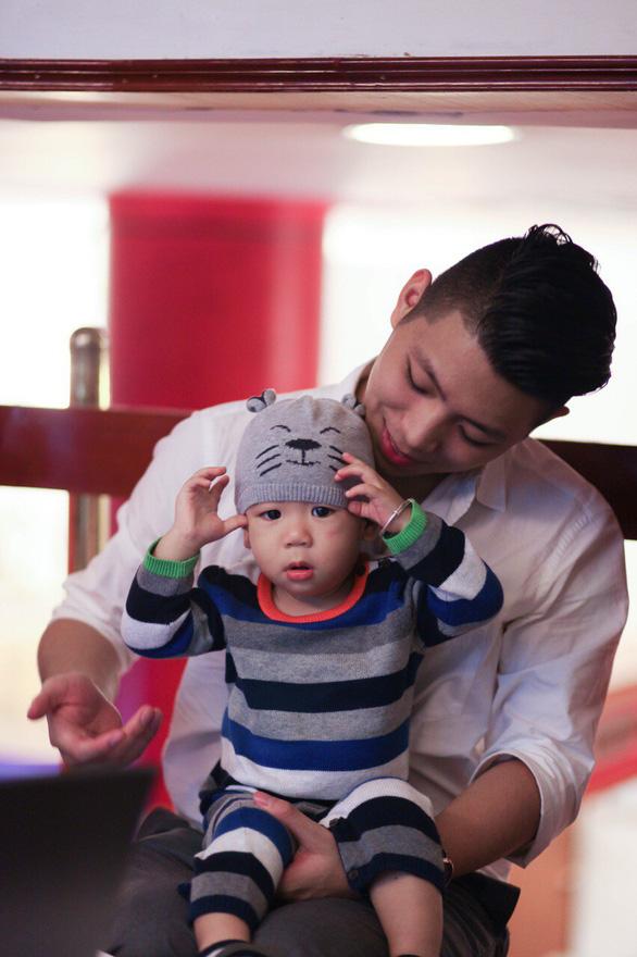 Ngày gia đình VN: những bố bỉm sữa nghỉ việc thay vợ chăm con - Ảnh 11.