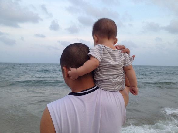 Ngày gia đình VN: những bố bỉm sữa nghỉ việc thay vợ chăm con - Ảnh 4.