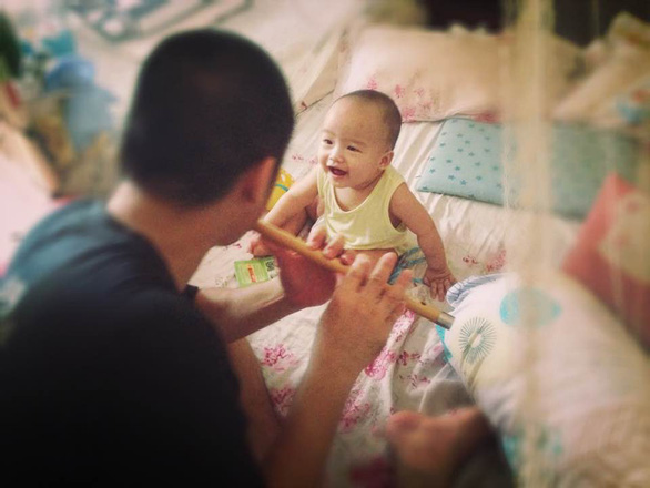 Ngày gia đình VN: những bố bỉm sữa nghỉ việc thay vợ chăm con - Ảnh 1.