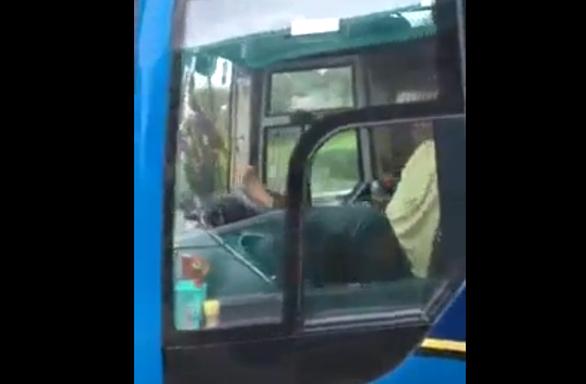 Đề nghị CSGT Cà Mau xử lý tài xế lái xe khách bằng chân - Ảnh 1.