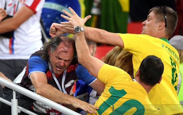 Fan Brazil và Serbia giật tóc, vung cú đấm… trên khán đài - Ảnh 1.