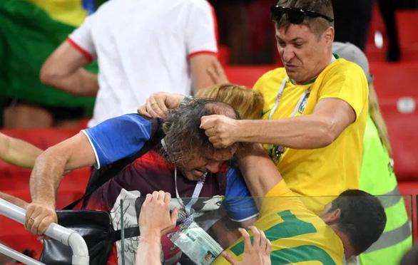 Fan Brazil và Serbia giật tóc, vung cú đấm… trên khán đài - Ảnh 2.