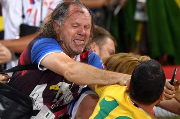 Fan Brazil và Serbia giật tóc, vung cú đấm… trên khán đài - Ảnh 3.