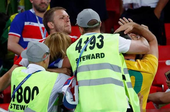 Fan Brazil và Serbia giật tóc, vung cú đấm… trên khán đài - Ảnh 4.