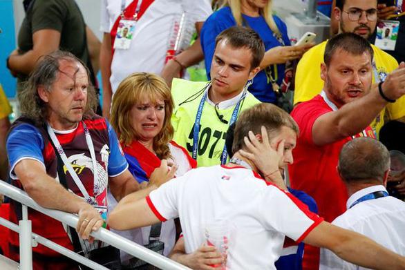 Fan Brazil và Serbia giật tóc, vung cú đấm… trên khán đài - Ảnh 5.