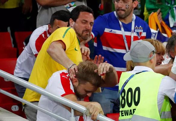 Fan Brazil và Serbia giật tóc, vung cú đấm… trên khán đài - Ảnh 6.