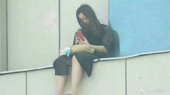 Nữ sinh Trung Quốc 4 lần tự tử vì bị thầy giáo xâm hại tình dục - Ảnh 1.