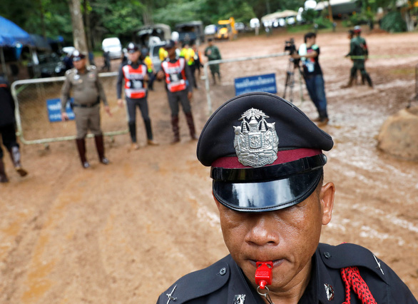 Dân Thái giận truyền thông cản trở việc cứu hộ đội bóng kẹt trong hang động - Ảnh 1.