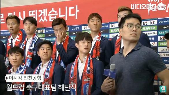 Các Oppa tuyển Hàn Quốc bị fan ném trứng sống khi về nước - Ảnh 3.