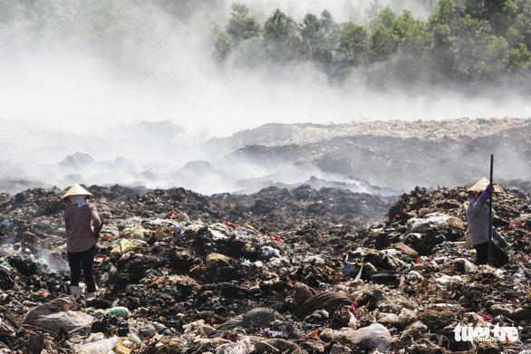 Cháy bãi rác bốn ngày, hơn 30 người dân nôn ói, tức ngực - Ảnh 2.