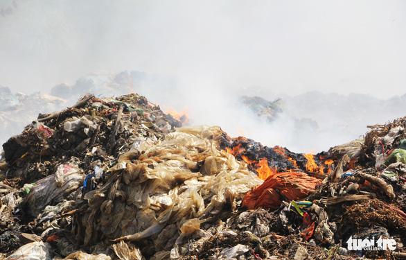 Cháy bãi rác bốn ngày, hơn 30 người dân nôn ói, tức ngực - Ảnh 4.