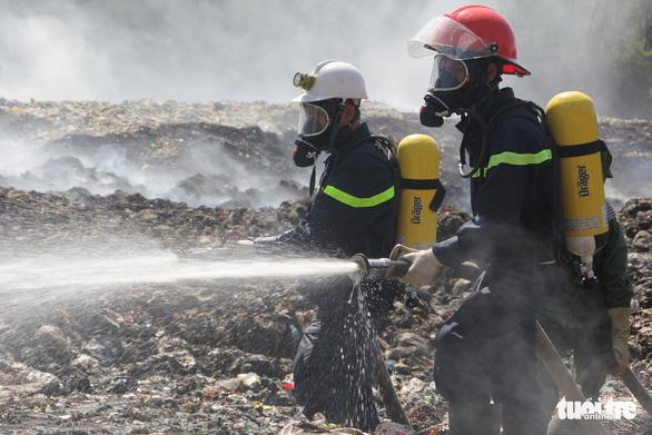 Cháy bãi rác bốn ngày, hơn 30 người dân nôn ói, tức ngực - Ảnh 7.