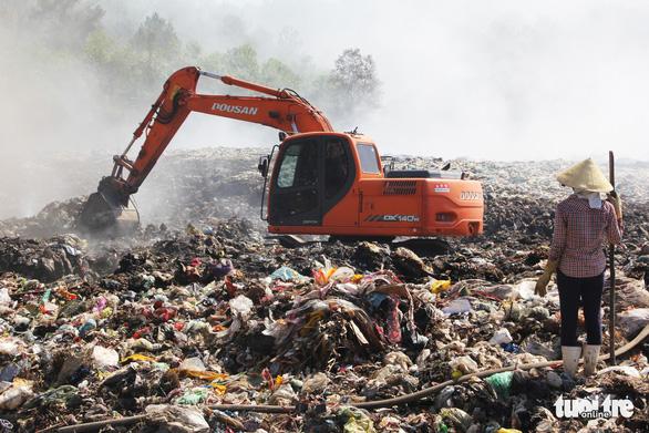 Cháy bãi rác bốn ngày, hơn 30 người dân nôn ói, tức ngực - Ảnh 5.