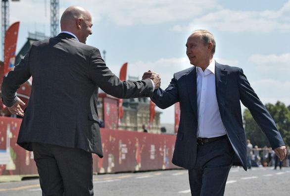 Ông Putin sút bóng ở Quảng trường Đỏ, ông Trump khen World Cup ở Nga - Ảnh 2.