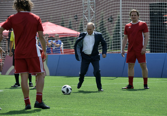Ông Putin sút bóng ở Quảng trường Đỏ, ông Trump khen World Cup ở Nga - Ảnh 3.
