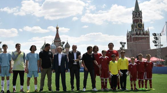 Ông Putin sút bóng ở Quảng trường Đỏ, ông Trump khen World Cup ở Nga - Ảnh 4.