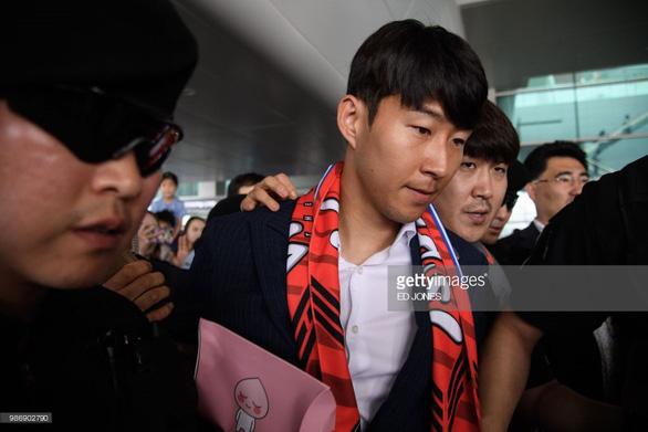 Các Oppa tuyển Hàn Quốc bị fan ném trứng sống khi về nước - Ảnh 1.