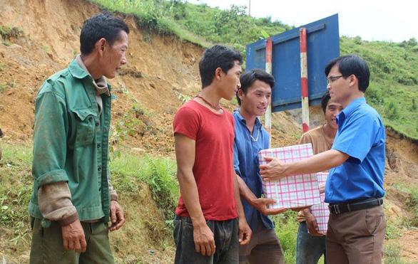 Báo Tuổi Trẻ trao quà cho bà con bị sạt lở đất ở bản Sáng Tùng - Ảnh 1.