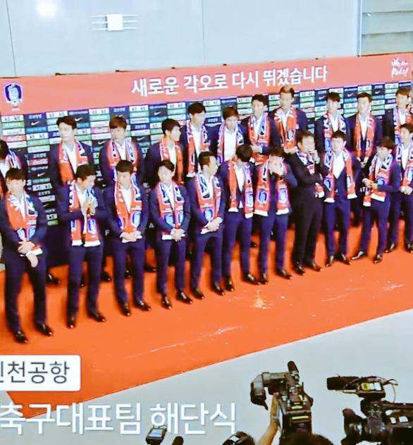 Các Oppa tuyển Hàn Quốc bị fan ném trứng sống khi về nước - Ảnh 2.