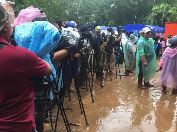 Dân Thái giận truyền thông cản trở việc cứu hộ đội bóng kẹt trong hang động - Ảnh 2.