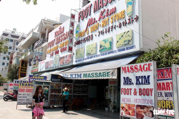 Nở rộ cửa hiệu làm đẹp cho khách Hàn - Ảnh 3.