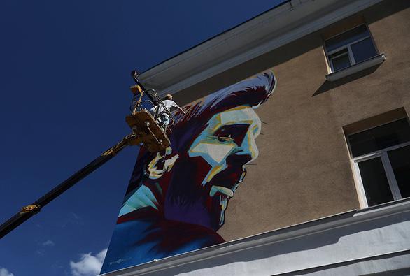 Messi bị vẽ hình troll ngay trước khách sạn - Ảnh 3.