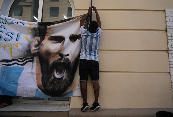 Messi bị vẽ hình troll ngay trước khách sạn - Ảnh 5.