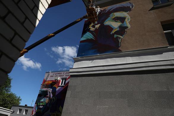 Messi bị vẽ hình troll ngay trước khách sạn - Ảnh 2.