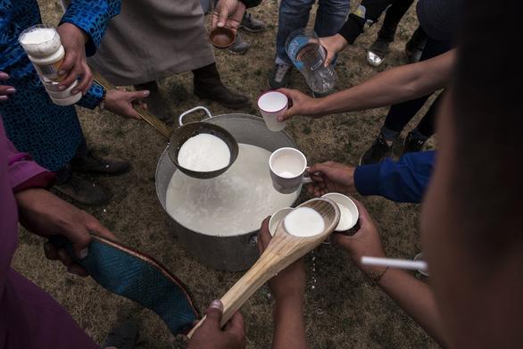Đến Mông Cổ xem nghi thức pháp sư đón mùa hè - Ảnh 4.