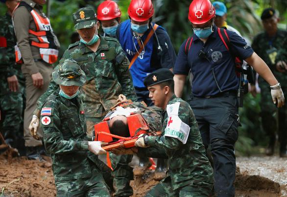 Thái Lan diễn tập đưa người ra từ hang động, sắp cứu được 12 người mất tích? - Ảnh 1.