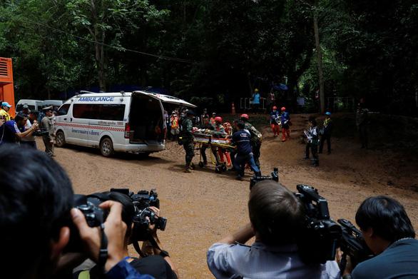 Thái Lan diễn tập đưa người ra từ hang động, sắp cứu được 12 người mất tích? - Ảnh 3.