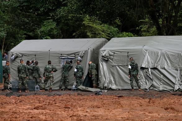 Thái Lan diễn tập đưa người ra từ hang động, sắp cứu được 12 người mất tích? - Ảnh 2.